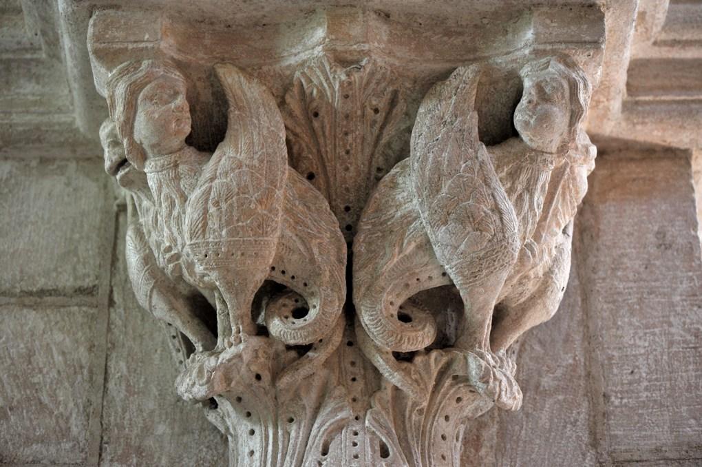 Til-Châtel - Eglise Saint-Florent : chapiteau décoré d'hybrides