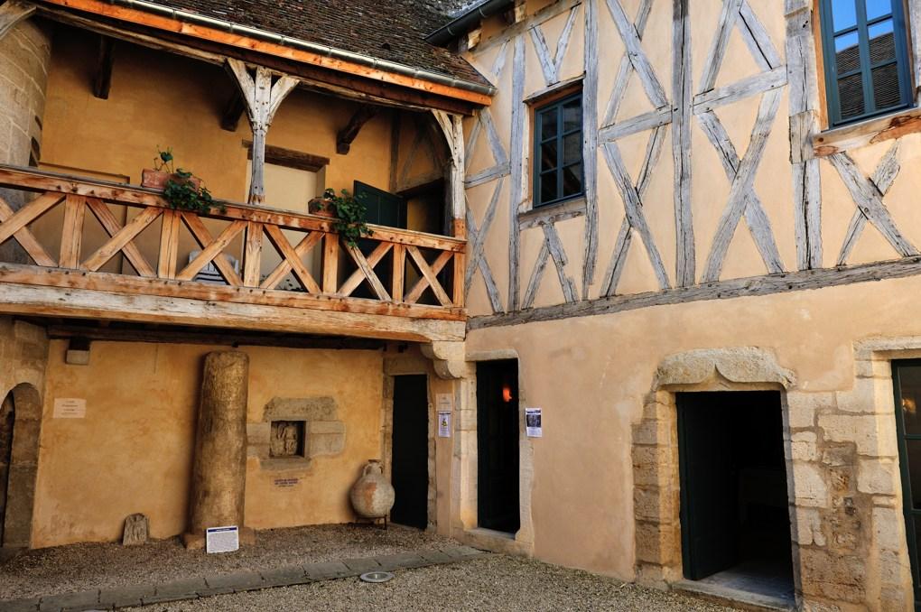 Vitteaux - Maison à pans de bois et cour centrale (Office de tourisme) - XIVe siècle
