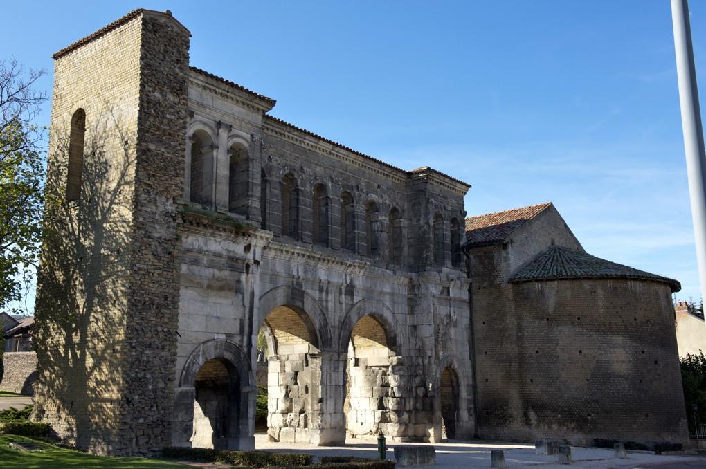 Autun - Porte Saint-André (en partie du Ier siècle)