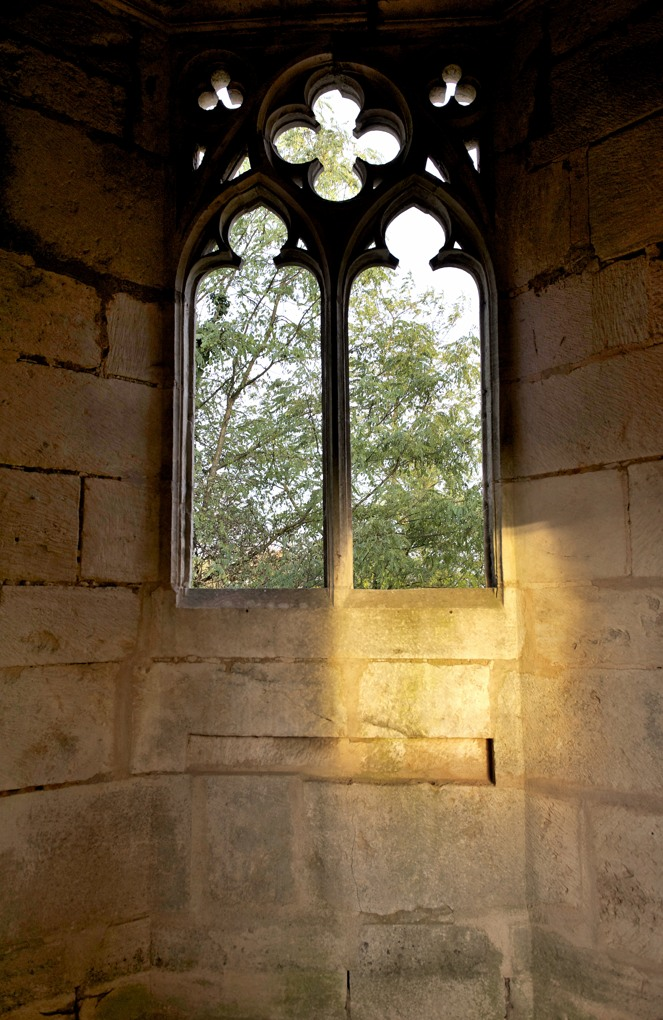 Mellecey - Château ducal de Germolles - fenêtre gothique de la chapelle haute (fin du XIVe siècle)