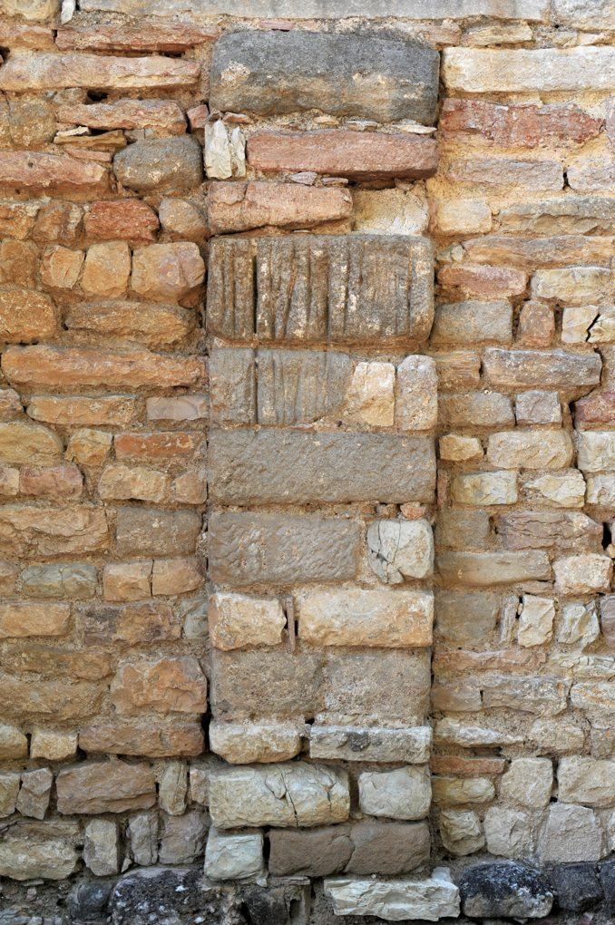 Mellecey - Eglise Saint-Pierre - Abside : contrefort nord (pierres sauvages)