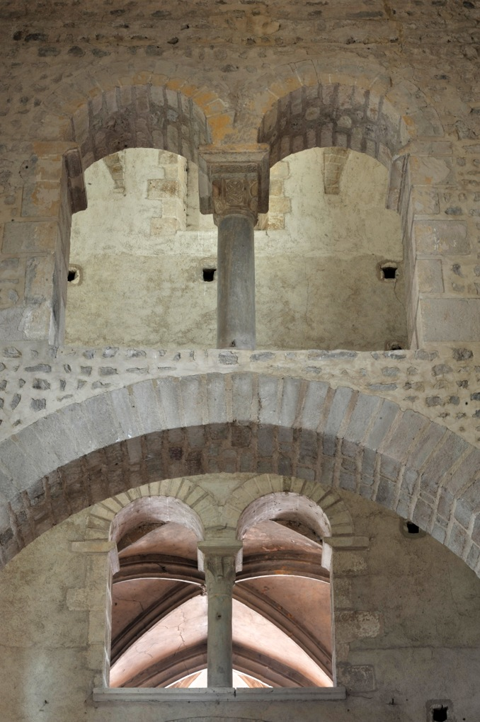 Perrecy-les-Forges - Priorale - Baie géminée à l'étage (mur du transept)