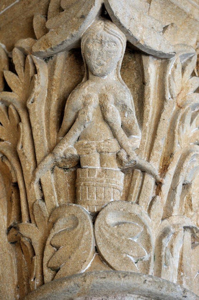 Perrecy-les-Forges - Priorale - Portail : chapiteau des piédroits (la luxure)
