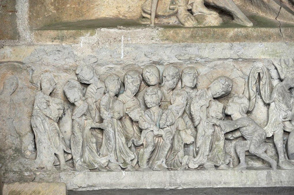 Perrecy-les-Forges - Priorale - Linteau du portail : le baiser de Judas