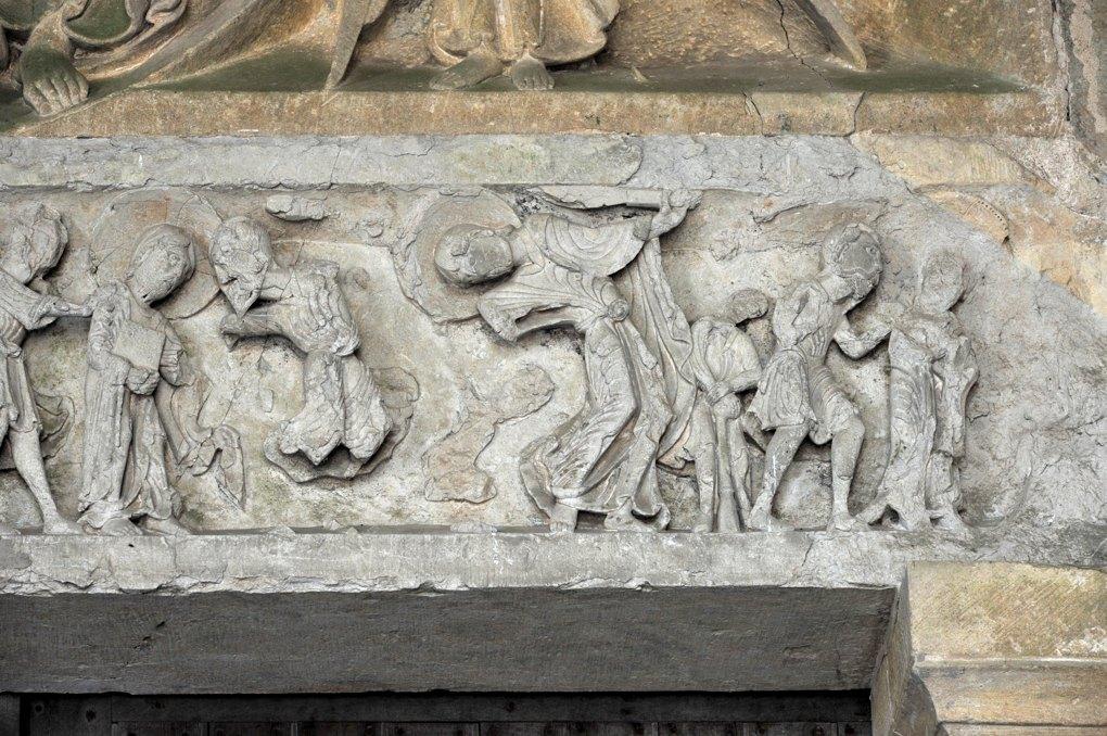 Perrecy-les-Forges - Priorale - Linteau du portail : saint Pierre brandit l'épée contre le serviteur du Grand-Prêtre (?)