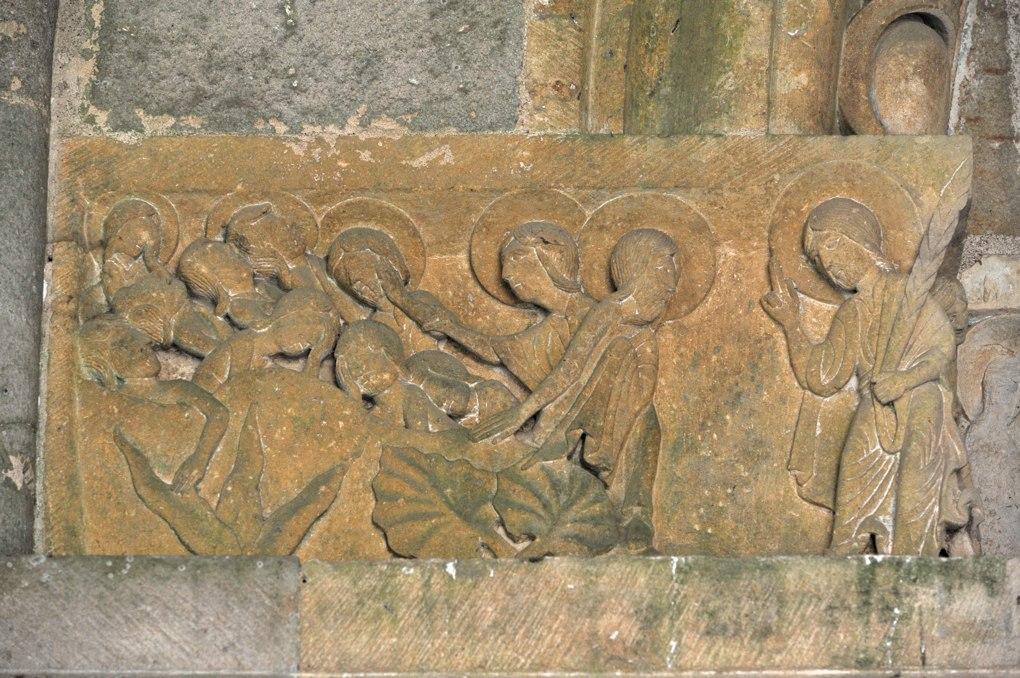 Perrecy-les-Forges - Priorale - Linteau du portail : Jésus réveille les disciples endormis au jardin de Gethsemani (?)