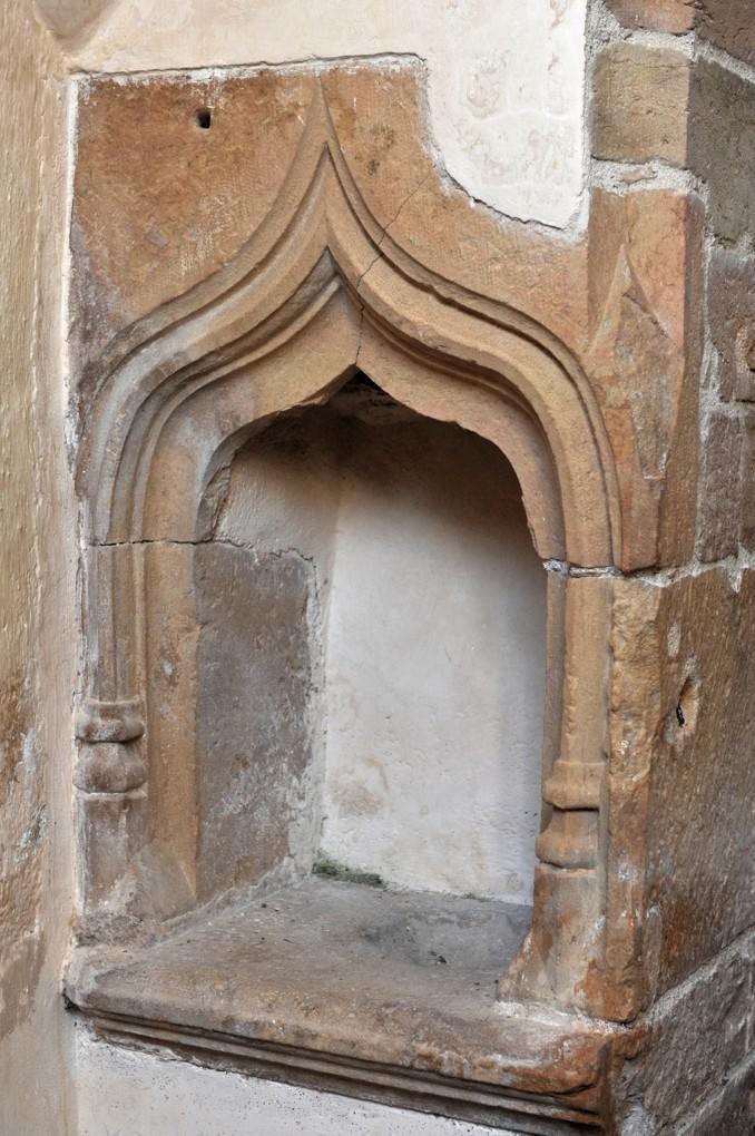 Ameugny - Eglise Notre-dame (XIIe siècle) - lavabo d'époque gothique dans le sanctuaire