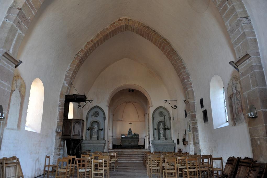 Ameugny - Eglise Notre-dame (XIIe siècle) - Vue intérieure depuis la nef