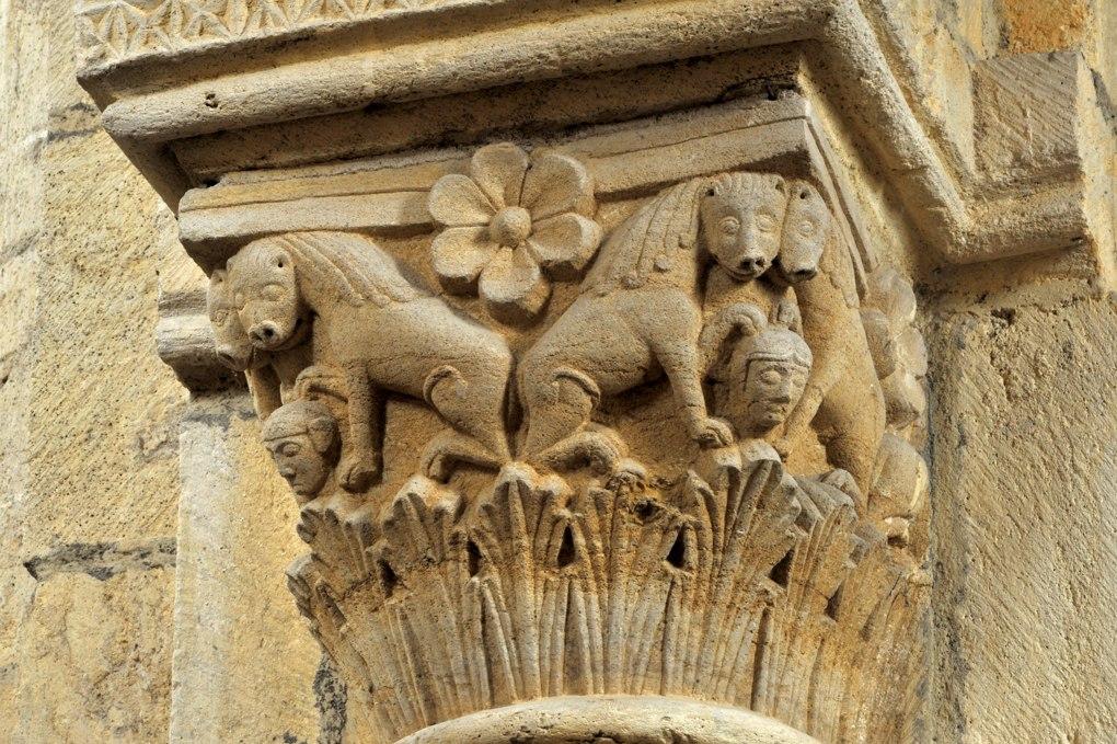 Anzy-le-Duc - Eglise priorale - Chapiteau de la nef : lions affrontés et masques