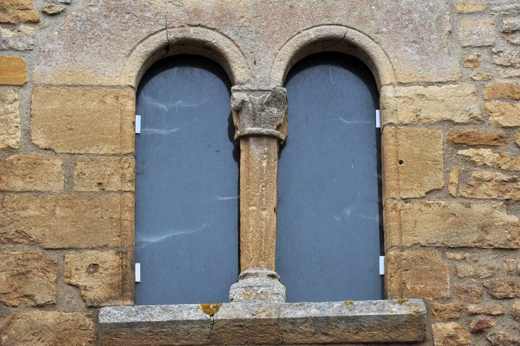 Anzy-le-Duc - Prieuré - La Tour de Justice : baie géminée romane (XIIe siècle)