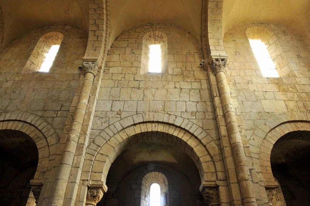 Anzy-le-Duc - Eglise priorale - nef romane à deux étages, couverte de voûtes d'arêtes