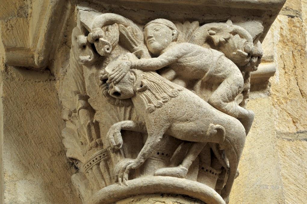 Anzy-le-Duc - Eglise priorale - Chapiteau de la nef : Samson terrassant le lion