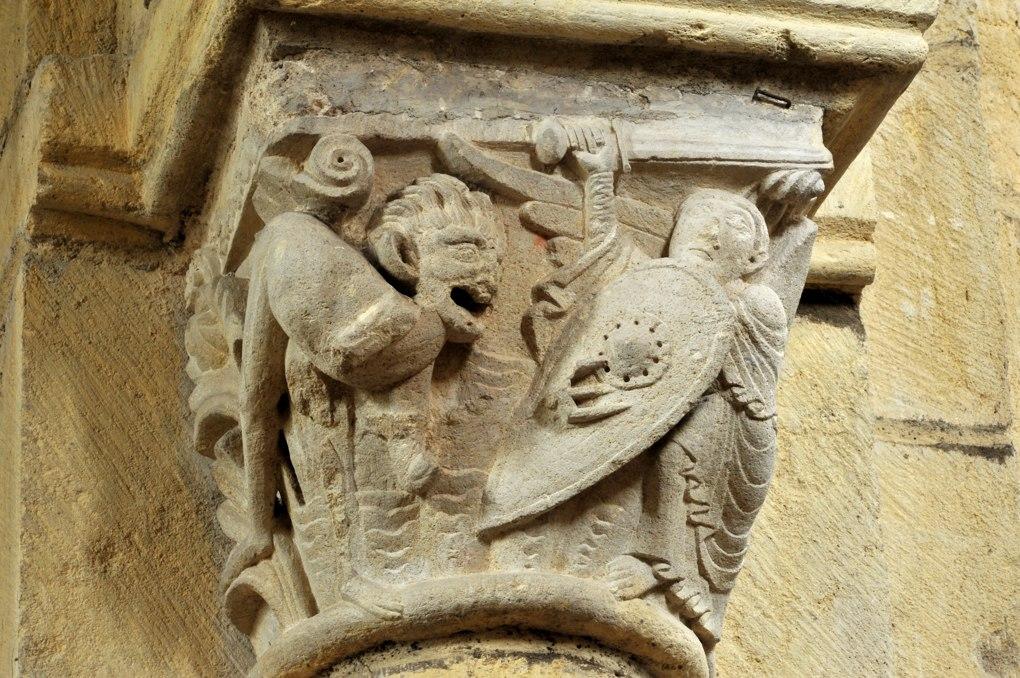 Anzy-le-Duc - Eglise priorale - Chapiteau de la nef : combat d'un ange et d'un démon