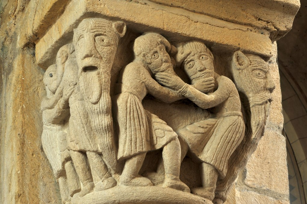 Anzy-le-Duc - Eglise priorale - Chapiteau de la nef : hommes se tirant la barbe