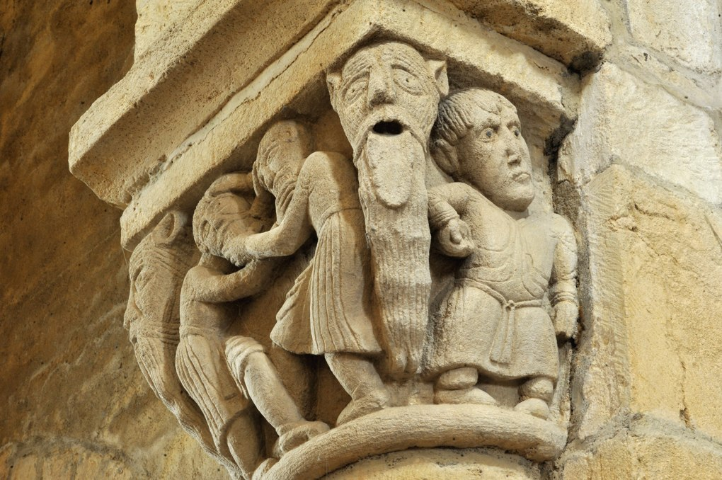 Anzy-le-Duc - Eglise priorale - Chapiteau de la nef : hommes se tirant la barbe et homme barbu avec oreilles pointues