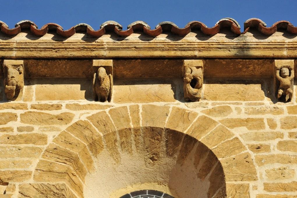 Anzy-le-Duc - Priorale : modillons de la nef