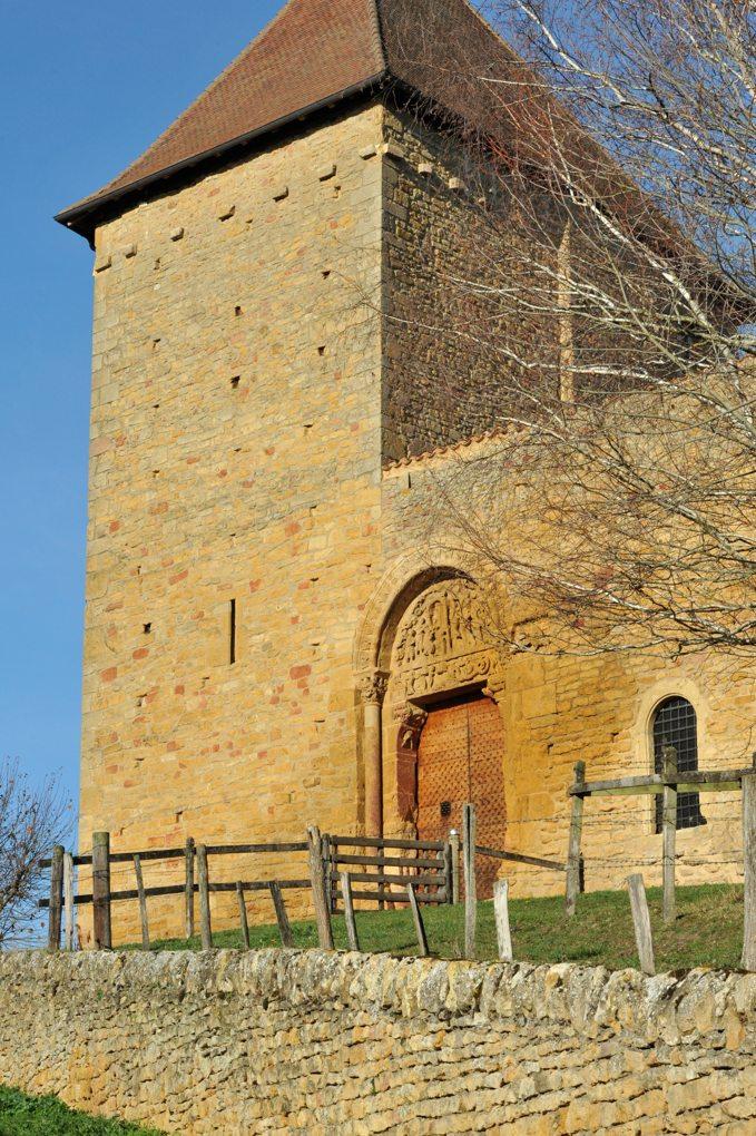 Anzy-le-Duc - Le prieuré : Tour de la Justice et entrée sud