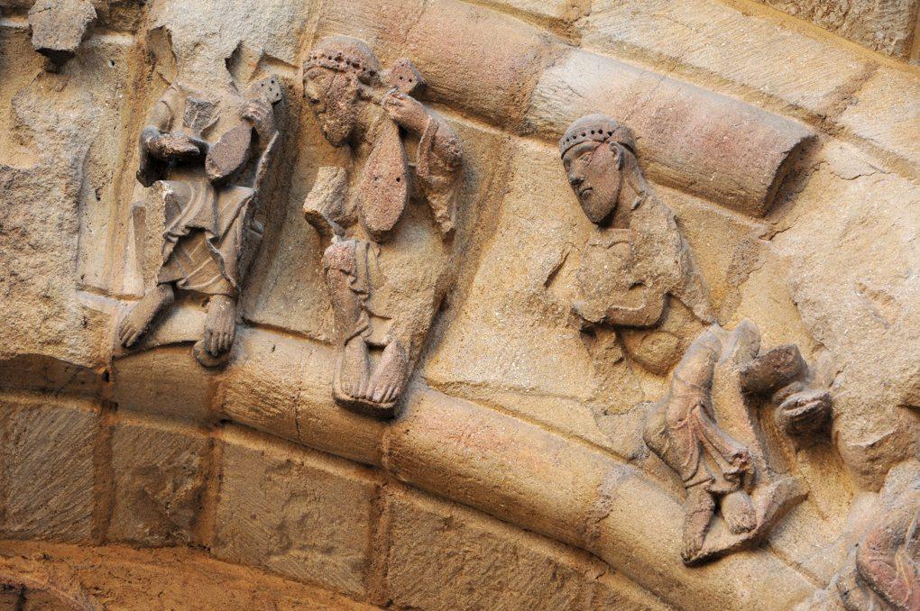 Anzy-le-Duc - Priorale : détail d'une voussure : Vieillards de l'Apocalypse (tympan ouest)