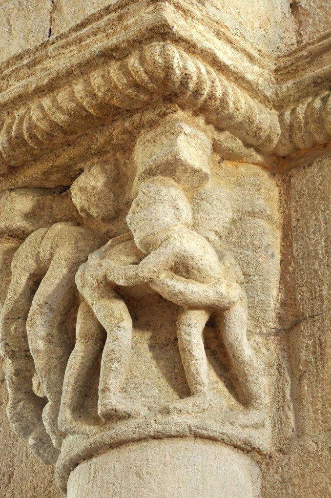 Bois-Sainte-Marie - Eglise de la Nativité - Chapiteau de la nef : les lutteurs (v. 1130)