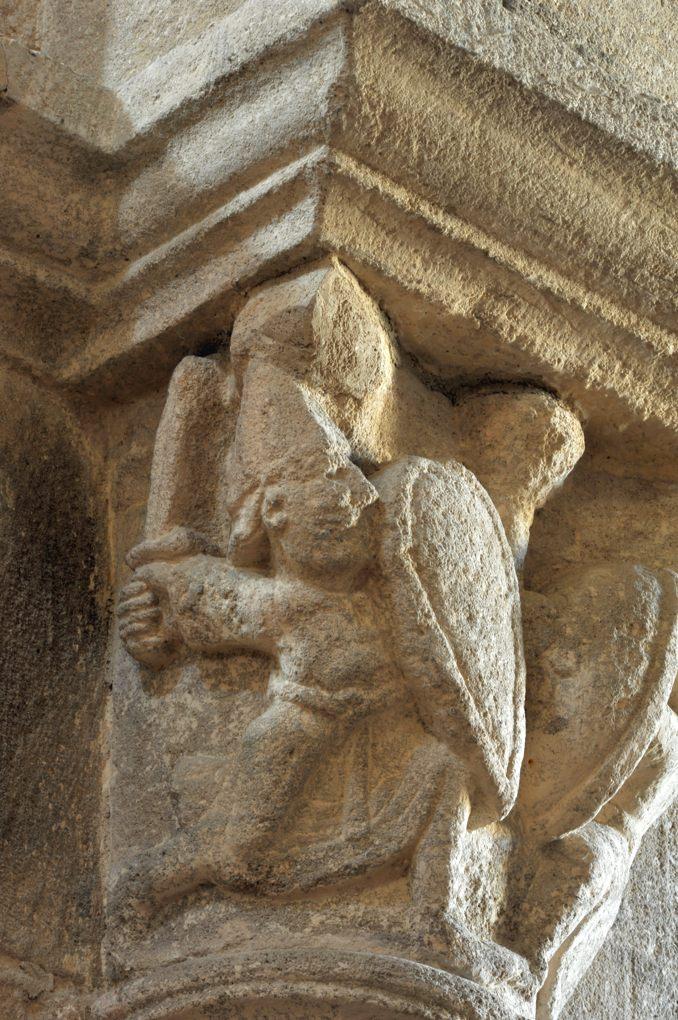 Bois-Sainte-Marie - Eglise de la Nativité - - Chapiteau de la nef : scène de duel (v. 1130)