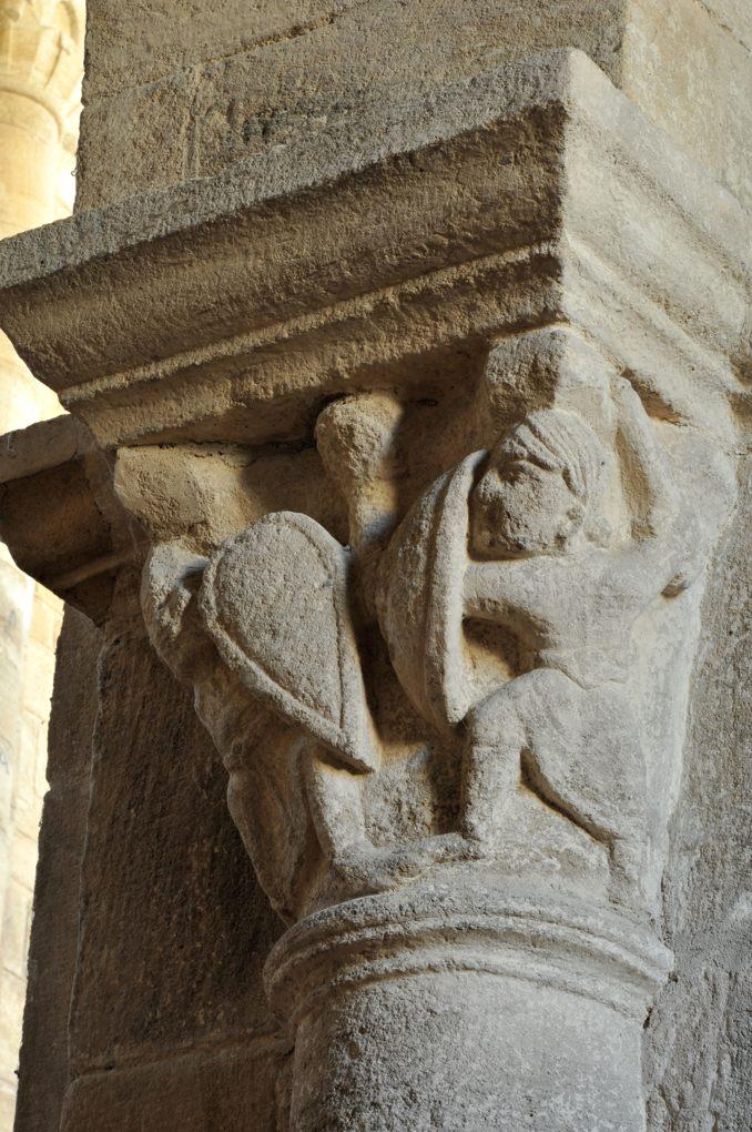 Bois-Sainte-Marie - Eglise de la Nativité - Chapiteau de la nef : même scène de duel, sur l'autre face (v. 1130)
