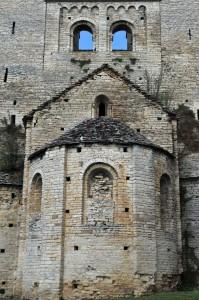 Bonnay - Eglise saint-Hippolyte - Le chevet (v. 1100) et l'enveloppe fortifiée du XIIIe siècle