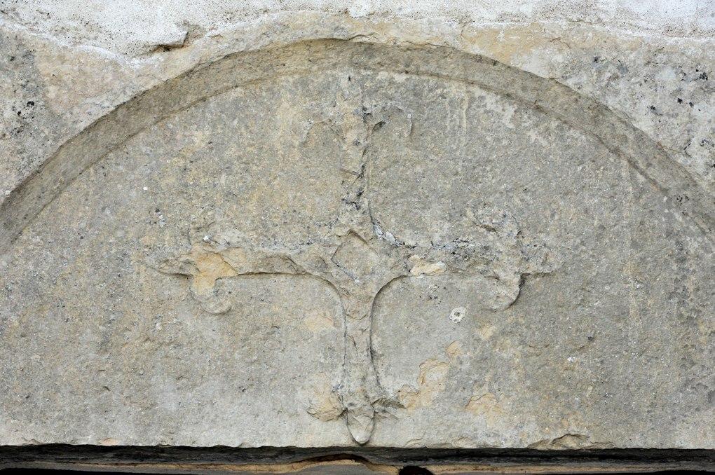 Bouzeron - Eglise Saint-Marcel - Croix fleurdelisée au tympan du portail ouest (XIIIe siècle)