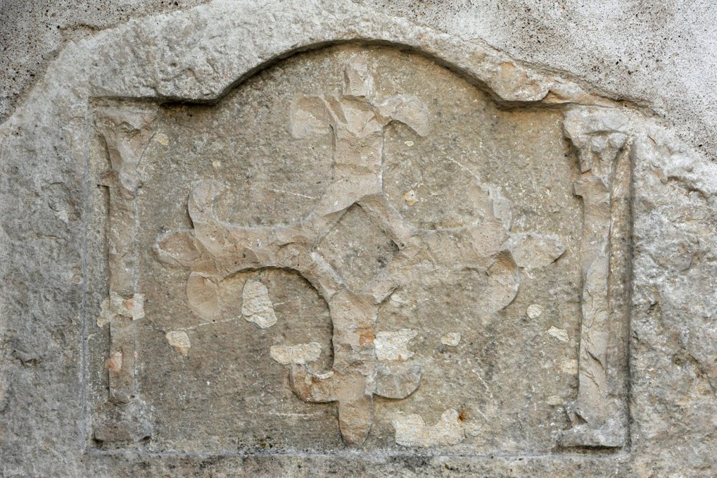 Bouzeron - Eglise Saint-Marcel - Croix fleurdelisée au tympan de la petite porte murée à gauche du portail ouest (XIIIe siècle)