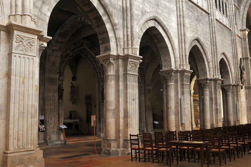 Chalon-sur-Saône - Cathédrale Saint-Vincent - Piles romanes de la nef, à pilastres cannelés et demi-colonnes engagées