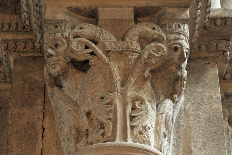 Chalon-sur-Saône - Cathédrale Saint-Vincent - Chapiteau de la nef : un roi et une reine (v. 1150)