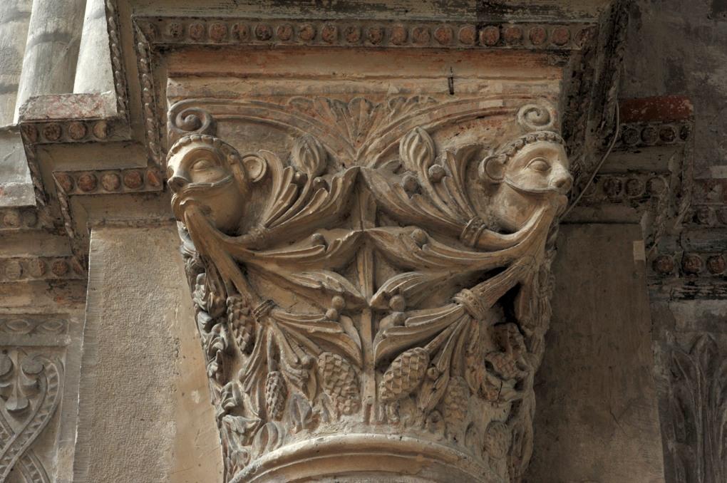 Chalon-sur-Saône - Cathédrale Saint-Vincent - Chapiteau de la nef : masques et feuillages