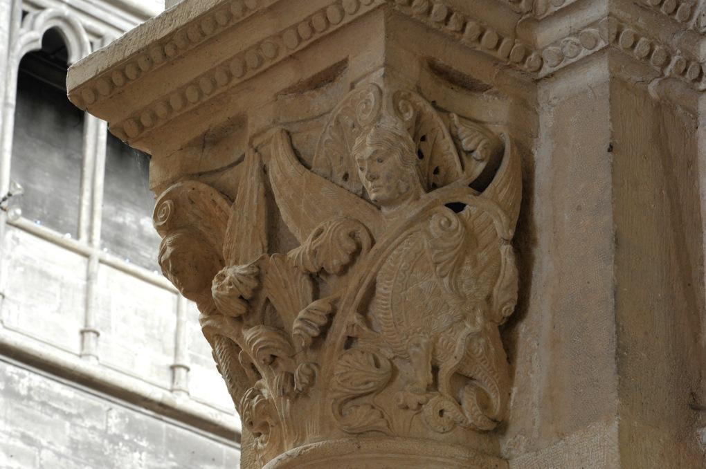 Chalon-sur-Saône - Cathédrale Saint-Vincent - Chapiteau de la nef : hybrides dans les feuillages