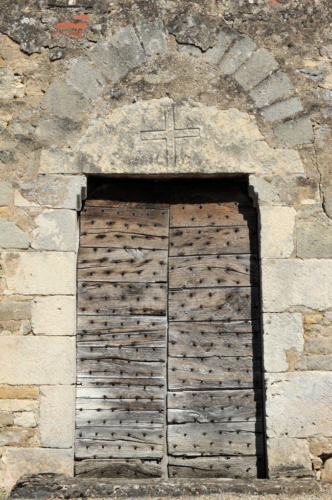 Chamilly - Eglise Saint-Pierre-et-Saint-Paul (XIIe siècle) - Portail ouest avec son linteau orné d'une simple croix grecque