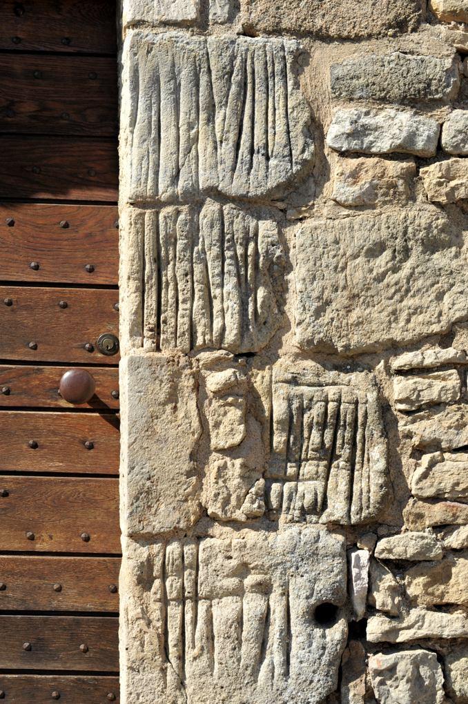 Chamilly - Eglise Saint-Pierre-et-Saint-Paul (XIIe siècle) - Pierres sauvages aux piédroits du portail latéral sud de la nef