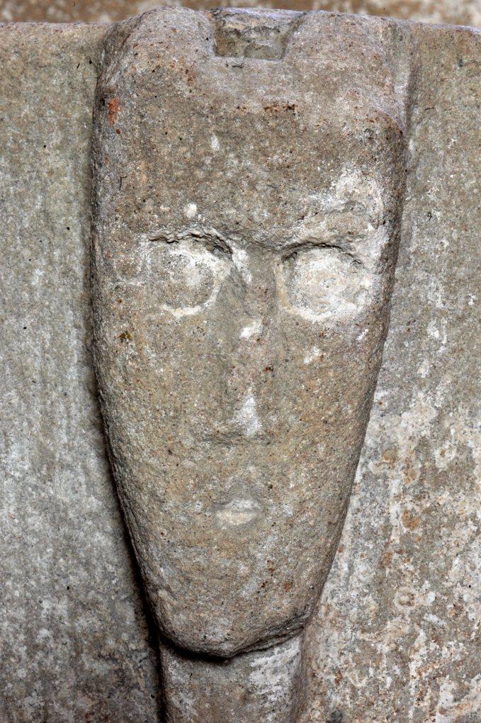 Changy - Eglise saint-Paul - Cuve baptismale (XIIe siècle) : masque humain sculpté