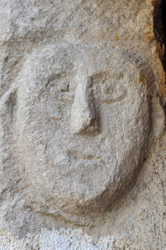Chassey-le-camp - Eglise Saint-Vincent (XIIe siècle) - Corbeau à tête humaine au portail ouest