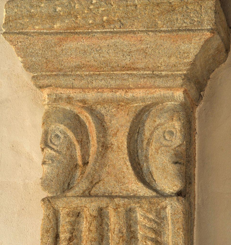 Curbigny - Eglise Saint-Pierre-aux-Liens - Partie supérieure sculptée d'un pilastre de l'abside