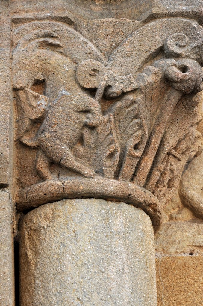 Fleury-la-Montagne - Eglise Saint-Barthélémy (XIIe siècle) - Chapiteau figurant un animal jouant de la musique