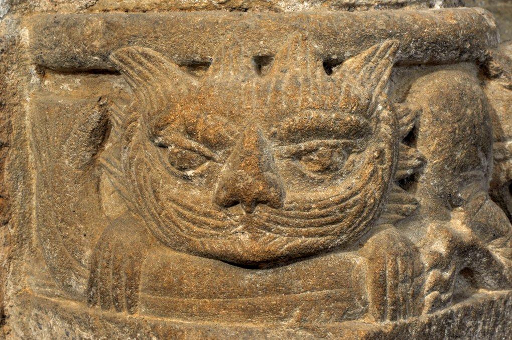 Iguerande - Ancienne priorale Saint-André (XIIe siècle) - Base de colonne décorée d'une tête de félin