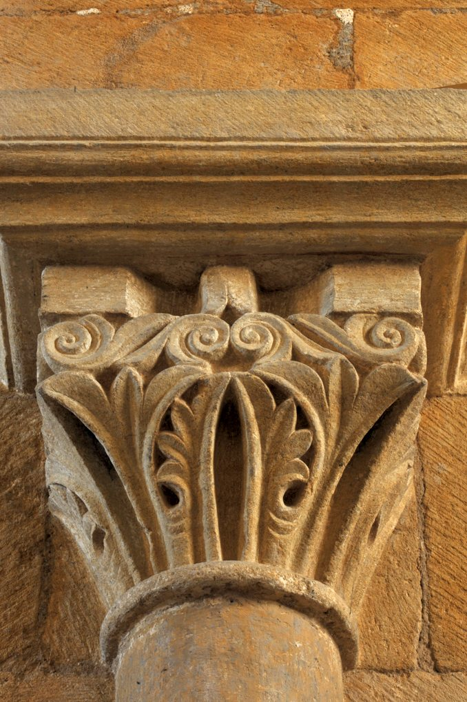 Iguerande - Ancienne priorale Saint-André (XIIe siècle) - Chapiteau de la nef, à thème végétal