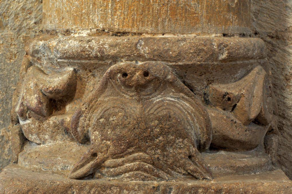 Iguerande - Ancienne priorale Saint-André (XIIe siècle) - Base de colonne sculptée, dans la nef