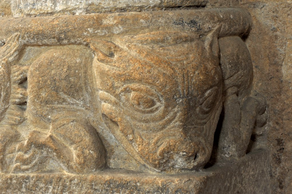 Iguerande - Ancienne priorale Saint-André (XIIe siècle) - Base de colonne décorée d'une tête de veau