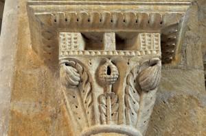 Iguerande (71) - Ancienne priorale Saint-André (XIIe siècle) - Chapiteau de la nef, à thème végétal