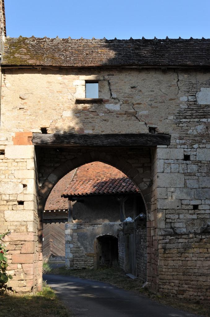 Chapaize - Porte fortifiée du prieuré de Lancharre