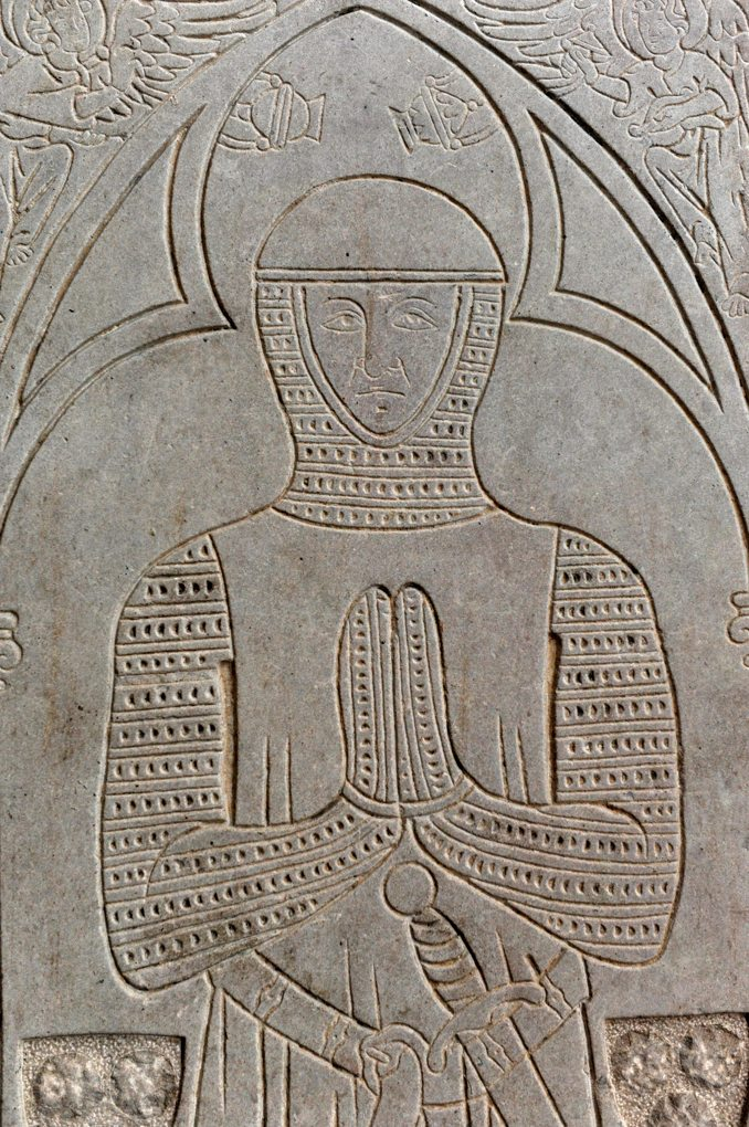 Chapaize - Eglise priorale ruinée de Lancharre : pierre tombale de Geoffroy de Germolles (1297)