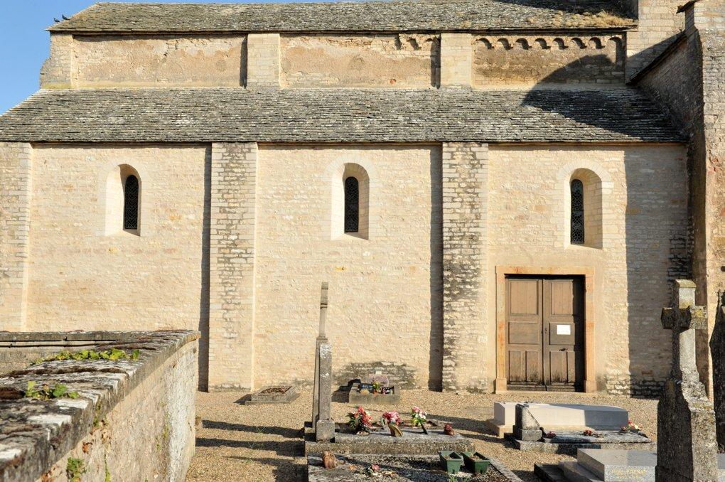 Malay - Eglise Notre-Dame - Collatéral sud : on notera les traces de reprise du milieu du XIIe siècle dans la maçonnerie, sous la toiture de lave