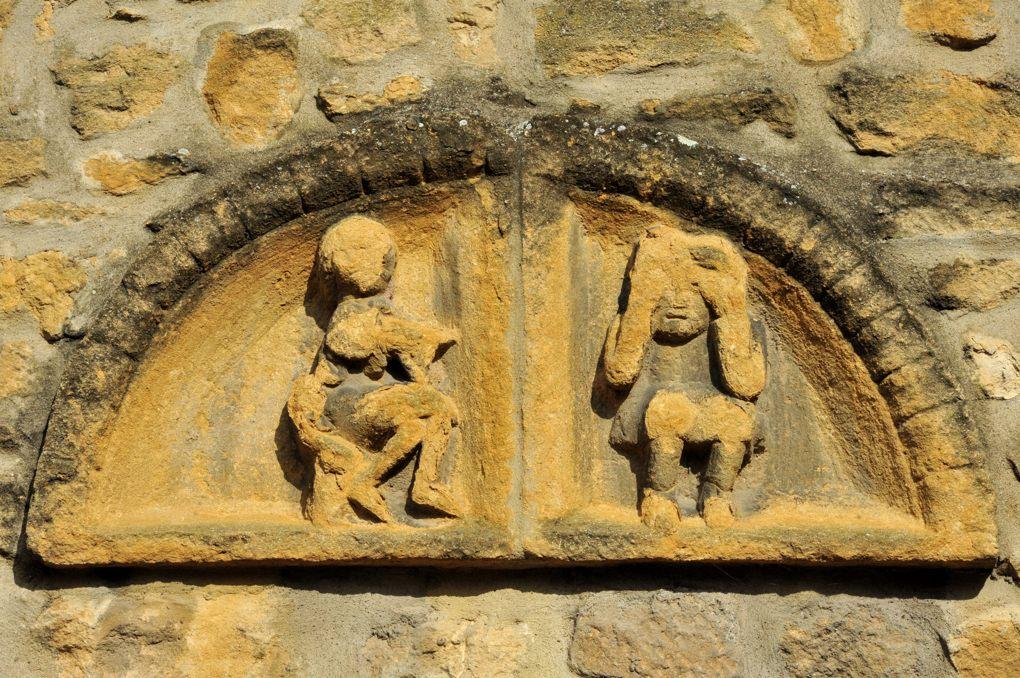 Marcigny - Maison jouxtant la Tour du Moulin - ancien petit tympan roman inséré dans le mur