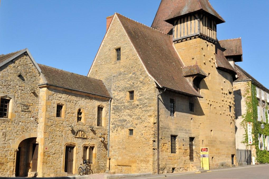 Marcigny - La Tour du Moulin (fin du XVe siècle) et maisons adjacentes
