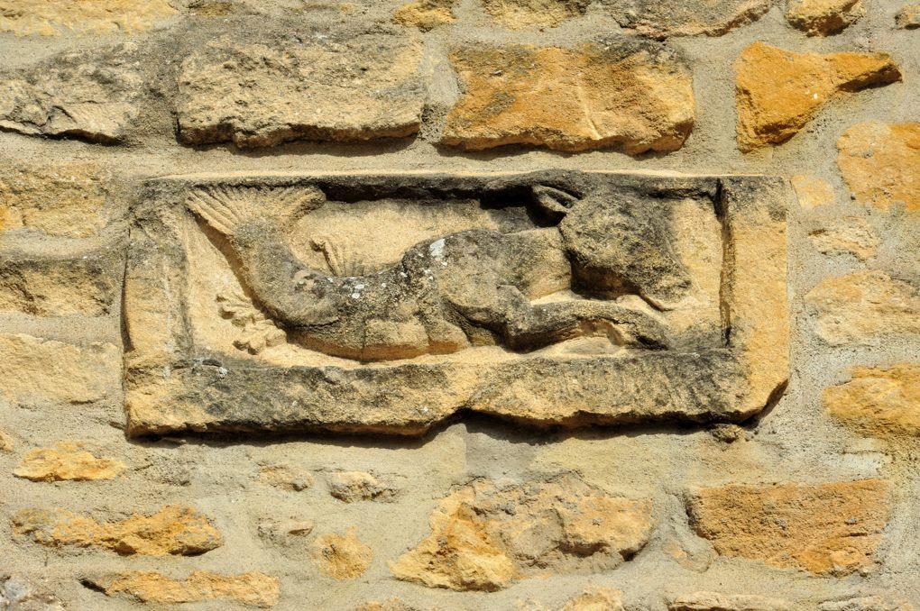 Marcigny - Maison jouxtant la Tour du Moulin - Bas-relief inséré dans le mur de façade