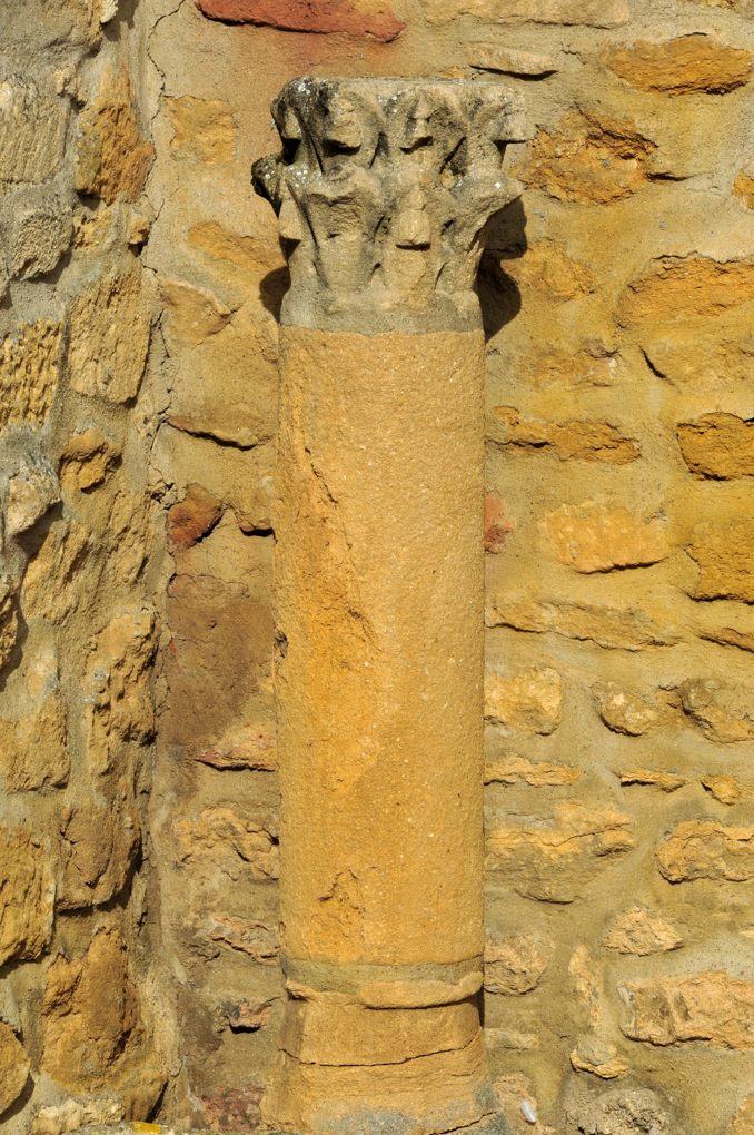 Marcigny - Maison jouxtant la Tour du Moulin - Colonne et chapiteau romans